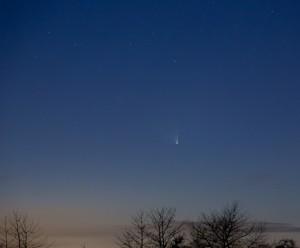 21 mars 2013 Régine HEINTZ. photo prise depuis le village. La comète est plus haute dans le ciel, mais la Lune est aussi plus présente, et…  la pollution lumineuse  du village un peu gênante Canon 5D Mark III et un objectif de 24-105 mm f4 @2500iso, 4s de pose.