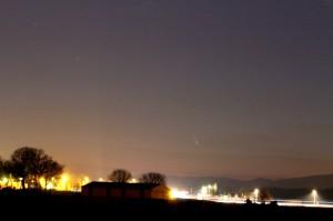15 mars 2013, Paul KRAFFT Lieu : Chemin du Blingen à Burnhaupt-le-Bas (au premier plan, l'aire de la Porte d'Alsace de l'autoroute A63). Canon EOS 7D Objectif Canon 70-300 mm réglé sur 80 mm Pose 10 secondes.