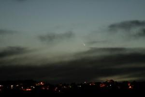 12 mars 2013, Luc ARNOLD. Vue depuis la terrasse du T193 de l'OHP, alors que la comète est au-dessus de Vacheres, un village a environ 6km a l'Ouest de l'Observatoire. Pose 3s avec un Olympus-OM-Zuiko 300mm f/4.5 montée sur un Canon 350D.
