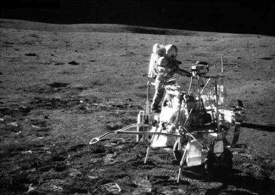 Shepard avec son chariot à outils lunaire