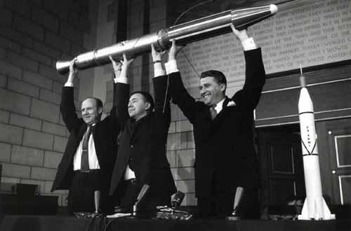 Pickering, Van Allen et Von Braun tenant la réplique du satellite Explorer 1