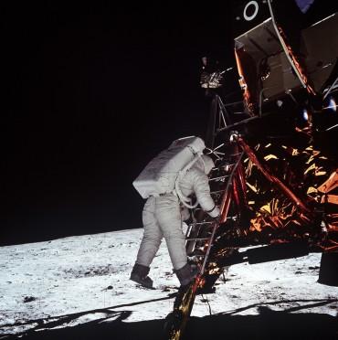 Aldrin rejoint son compagnon 19 minutes plus tard