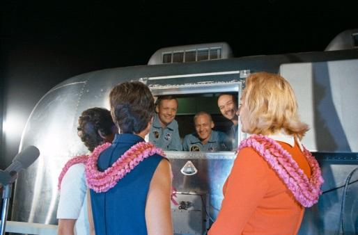 Les épouses des astronautes rendant visite à leurs maris en quarantaine