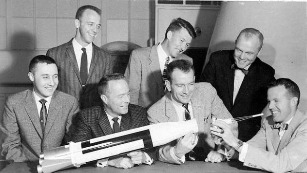 De gauche à droite debout: Alan B. Shepard, Walter Schirra, John H. Glenn  De gauche à droite assis : Virgil Grissom, Scott Carpenter, Donald Slayton, Gordon Cooper