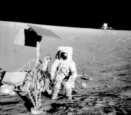 Alan Bean près de la sonde spatiale Surveyo 3