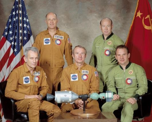 L'équipage Apollo – Soyouz De gauche à droite :Slayton, Stafford, Brand, Leonov et Kubasov