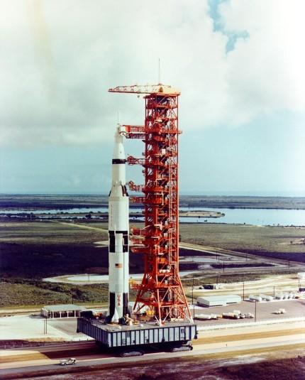 Le Crawler transportant la fusée Saturne V et sa tour de lancement vers son pas de tir