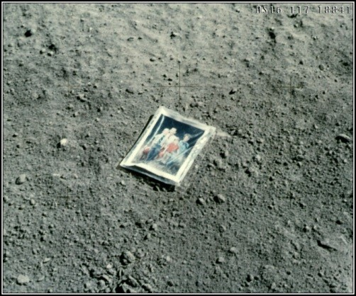 Photo de famille déposée sur le sol lunaire par Charles Duke lors de la mission Apollo 16