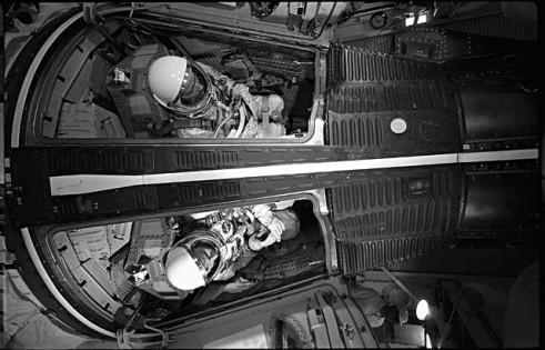Avec un volume de 2,55 m3 le vaisseau Gemini pouvait accueillir deux membres d'équipage