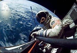 Buzz Aldrin en train de faire des travauxau cours d'une EVA.